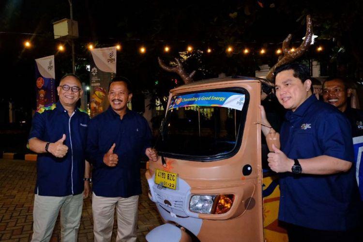 Direktur Utama PT PGN Tbk Jobi Triananda Hasjim (kedua kiri) bersama Presiden INASGOC Erick Thohir (kanan) dan Direktur Revenue Department Hasani Abdulgani (kiri) berfoto di bajaj Atung, salah satu maskot Asian Games 2018 seusai penandatangan Perjanjian Kerjasama Sponsorsip Asian Games 2018 di Kantor PGN, Jakarta. Dalam perjanjian kerja sama tersebut PGN akan membantu sejumlah kegiatan promosi sampai mendukung acara pembukaan ajang olahraga terbesar di Asia tersebut.