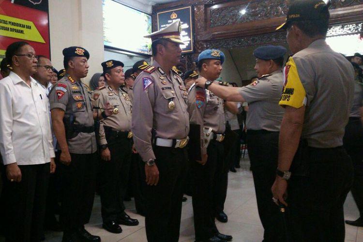 Kapolri Jenderal Tito Karnavian memberikan penghargaan kepada anggota Polda Riau yang berhasil menembak mati empat terduga teroris.