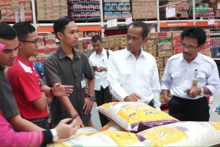 Kepala Badan Ketahanan Pangan, Agung Hendriadi, melakukan inspeksi mendadak ketersediaan pangan dan harga di pasar ritel modern di Palembang, Sumatera Selatan, Rabu (23/5/2018)