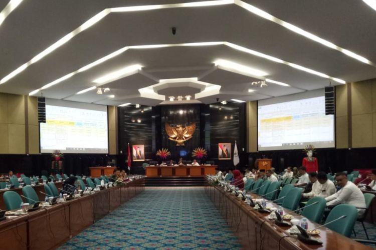 Rapat pembahasan Kebijakan Umum Perubahan Anggaran dan Prioritas Plafon Anggaran Sementara (KUPA-PPAS) di Gedung DPRD DKI Jakarta, Jakarta Pusat, Jumat (14/9/2018).