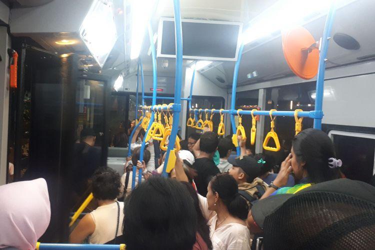 Beberapa shuttle bus terlihat penuh oleh penonton sehingga sebagian besar dari penonton harus rela berdiri.Foto diambil di kompleks Gelora Bung Karno, Kamis (11/10/2018).