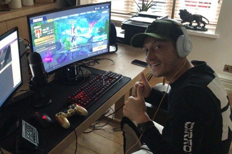 Mesut Oezil tampak tengah mempromosikan Twitch dan bermain Fortnite saat mengunggah foto ini di Twitter pribadinya, 18 Oktober 2018.