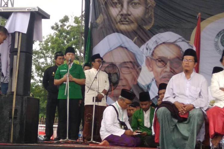 Wakil bupati Trenggalek Muhammad Nur Arifin menyampaikan sambutan dalam acara Istigozah kubro di stadion menak sopal Trenggalek, setelah selama sepekan lebih tidak diketahui keberadaanya (22/01/2019)