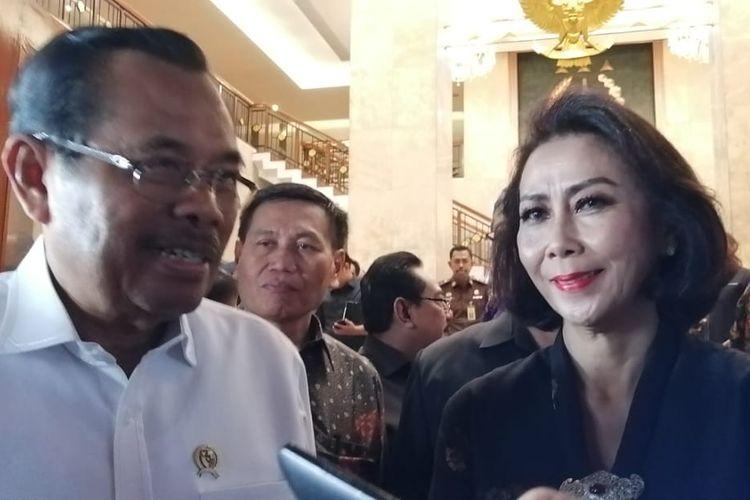 Ketua tim panitia seleksi (Pansel) calon pimpinan Komisi Pemberantasan Korupsi (KPK) periode 2019-2023, Yenti Ganarsih (kanan) dan Jaksa Agung HM Prasetyo (kiri) di Kompleks Kejaksaan Agung RI, Jakarta Selatan, Rabu (12/6/2019).