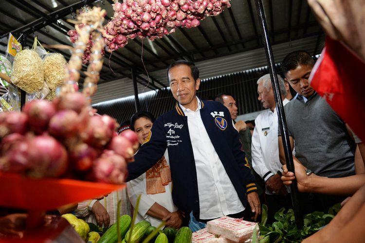 Presiden Jokowi bersama Gubernur Sumut Edy Rahmayadi mengunjungi Pasar Balerong Balige, Jumat (15/3/2019)