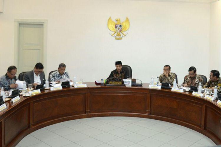 Presiden Joko Widodo saat memimpin rapat terbatas di Kantor Presiden, Jakarta, Selasa (11/7/2017).