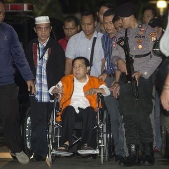 Tersangka kasus korupsi KTP Elektronik Setya Novanto tiba di gedung KPK, Jakarta, Minggu (19/11/2017). Ketua DPR tersebut dipindahkan dari RSCM Kencana ke rutan KPK.