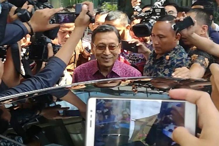 Mantan Wakil Presiden RI Boediono telah memenuhi permintaan keterangan di Komisi Pemberantasan Korupsi (KPK), Kamis (15/11/2018). Boediono yang berada di Gedung Merah Putih KPK selama 3,5 jam ini keluar sekitar pukul 13.00 WIB.