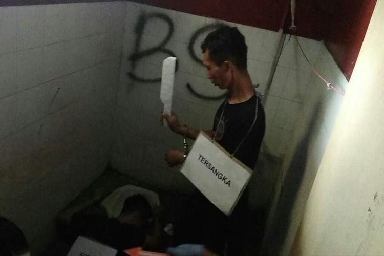 Pelaku DP tengah memperagakan pembunuhan korbannya KW di sebuah kontrakan di Kota Bandung