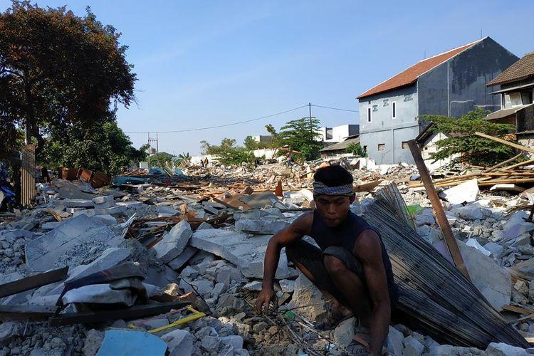 Barang rongsokan sisa penggusuran di Jalan Bougenville Raya RT 001 RW 011, Jakasampurna, Bekasi Barat sedang dikumpulkan para pengepul, Jumat (25/7/2019).