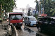 Truk Tabrak Separator 'Busway', Lalu Lintas di Underpass Kebayoran Lama Macet