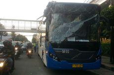 Pohon Tumbang di Hayam Wuruk Timpa Bus Transjakarta