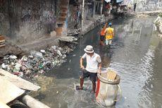Warga Kucing-kucingan dengan Petugas UPK Badan Air Saat Buang Sampah di Kali Krukut