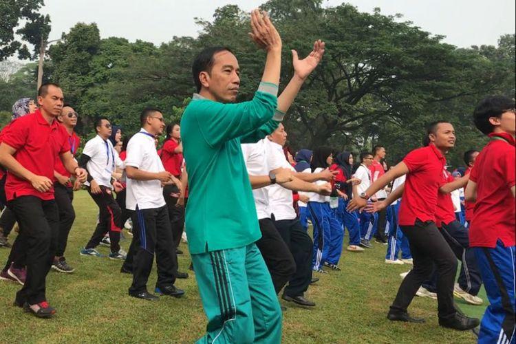 Presiden Joko Widodo saat mengikuti senam pagi bersama 503 mahasiswa peserta penguatan pendidikan Pancasila di Istana Bogor, Sabtu (12/8/2017).