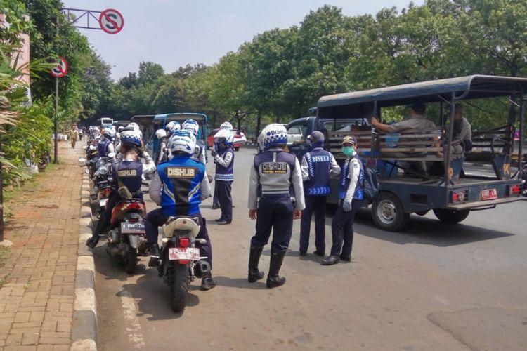 Razia yang dilakukan aparat gabungan dari Sudin Perhubungan dan Satpol Pamong Praja Jakarta Selatan, Senin (11/9/2017). Razia dilakukan dalam rangka bulan tertib trotoar.
