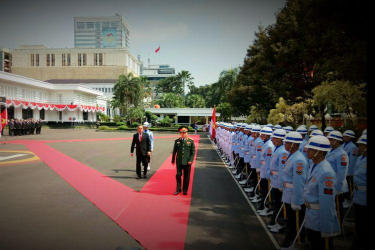 Menteri Pertahanan Republik Indonesia Ryamizard Ryacudubersama Menteri Pertahanan Republik Sosialis Vietnam Jenderal Ngo Xuan Lich dalam upacara jajar kehormatan di kantor Kementerian Pertahanan RI, Jakarta, Jumat (13/10/2017).