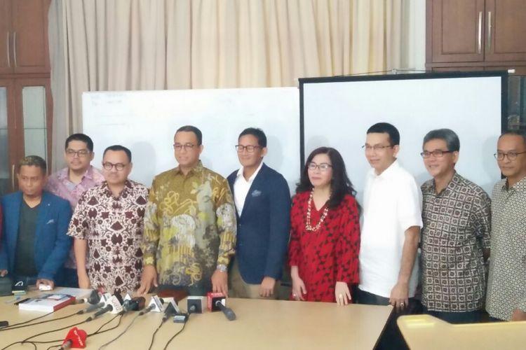 Gubernur dan wakil gubernur terpilih DKI Jakarta Anies Baswedan dan Sandiaga Uno bersama tim sinkronisasi di Jalan Tirtayasa II Nomor 12, Kebayoran Baru, Jakarta Selatan, Jumat (13/10/2017).