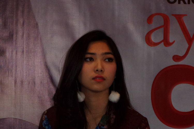 Isyana Sarasvati saat menghadiri jumpa pers perilisan tema lagu berjudul Masih Berharap untuk film Ayat-ayat Cinta 2 di MD Place, Kuningan, Jakarta Selatan, Kamis (2/11/2017).