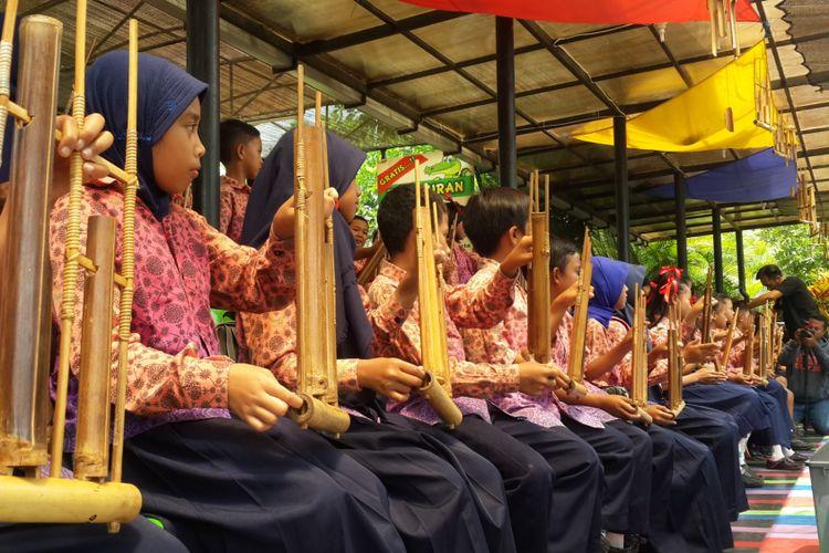 Sejumlah siswa SD saat memainkan angklung di Saung Angklung Predator Fun Park di Kota Batu, Jawa Timur, Kamis (16/11/2017)