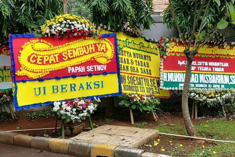 Karangan bunga untuk Ketua DPR Setya Novanto di RSCM Kencana, Minggu (19/11/2017).