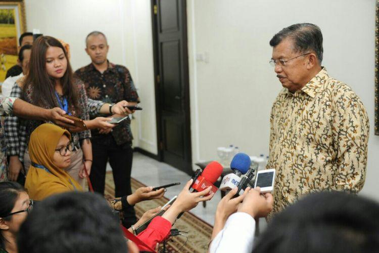 Wakil Presiden Jusuf Kalla ketika memberikan keterangan pers kepada awak media, di kantor Wakil Presiden, Jakarta, Rabu (22/11/2017).