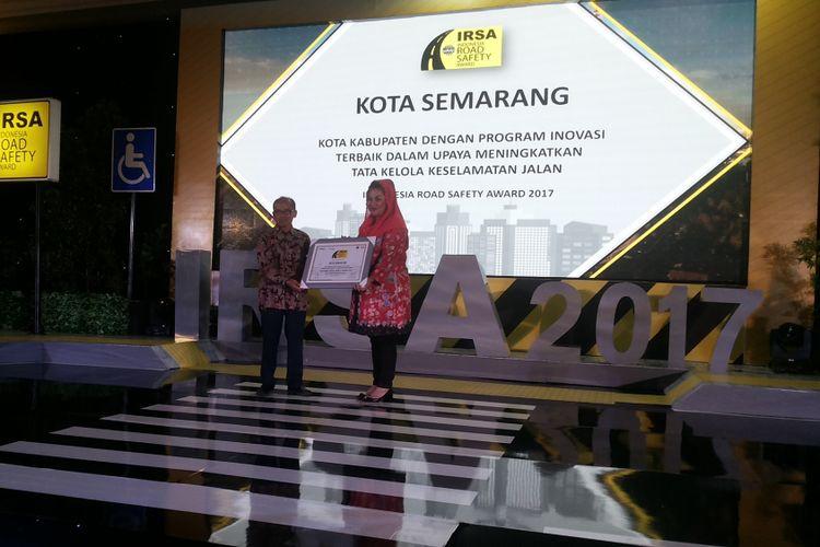 Wakil Wali Kota Semarang Hevearita Gunaryanti saat menerima penghargaan sebagai kota dengan keselamatan berlalu lintas terbaik dalam ajang Indonesia Road Safety Award 2017, di Jakarta, Kamis (7/12/2017).