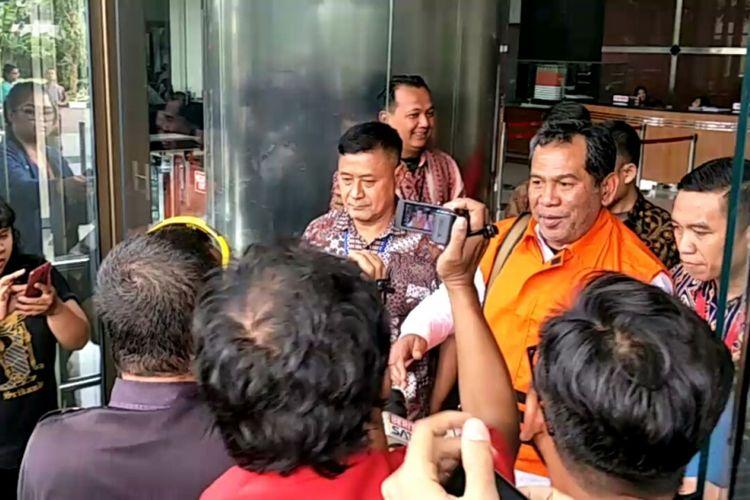Bupati Hulu Sungai Tengah, Abdul Latif usai menjalani pemeriksaan di gedung Komisi Pemberantasan Korupsi (KPK), Jakarta, Jumat (5/1/2018).