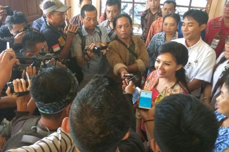 Karolin Margret Natasa saat menjawab pertanyaan wartawan usai menjalani tes kejiwaan di RSJ Sungai Bangkong, Pontianak, Kalimantan Barat (11/1/2018)