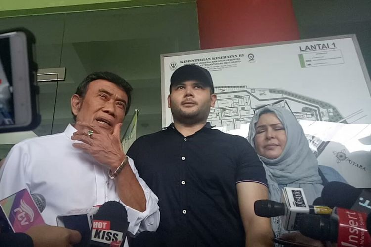 Ridho Rhoma didampingi kedua orangtuanya, Rhoma Irama dan Marwah Ali saat keluar dari Rumah Sakit Ketergantungan Obat (RSKO) Cibubur, Jakarta Timur, Kamis (25/1/2018).