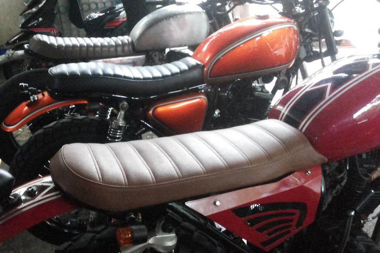 Beberapa sepeda motor modifikasi bergaya scrambler di bengkel Clacustique, Depok, Senin (19/2/2018).