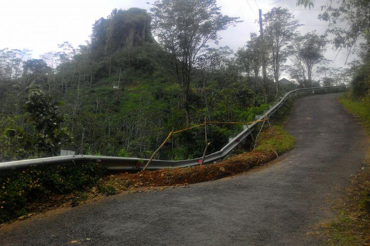 Salah satu lokasi longsor di jalan aspal menuju destinasi wisata Puncak Suroloyo.
