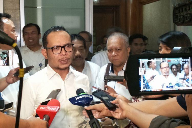 Menteri Ketenagakerjaan Hanif Dhakiri saat ditemui seusai rapat dengan Komisi IX di Kompleks Parlemen, Senayan, Jakarta, Selasa (20/3/2018).