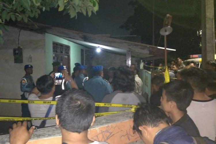 Warga mengerumuni rumah korban perampokan di Pondok Labu, Jakarta Selatan, Kamis (5/4/2018).