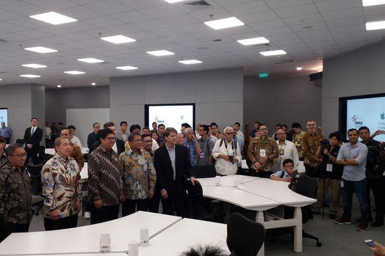 Menteri Perindustrian Airlangga Hartarto serta Menteri Komunikasi dan Informatika Rudiantara sedang meninjau fasilitas yang tersedia di Apple Developer Academy, BSD City, Tangerang, Banten, Senin (7/5/2018).