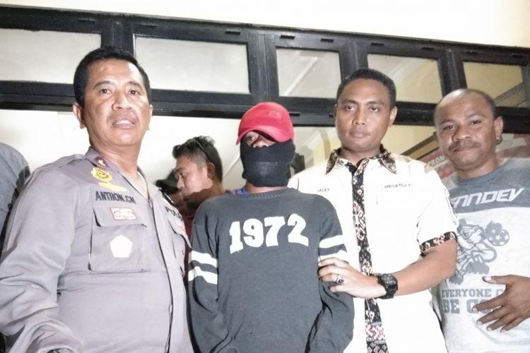 Pelaku SR, saat dibawa ke Markas Polres Kupang Kota, Rabu (30/5/2018) malam.