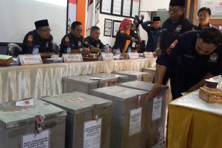 Suasana rekapitulasi suara Pilkada Kota Malang oleh KPU Kota Malang, Kamis (5/7/2018)