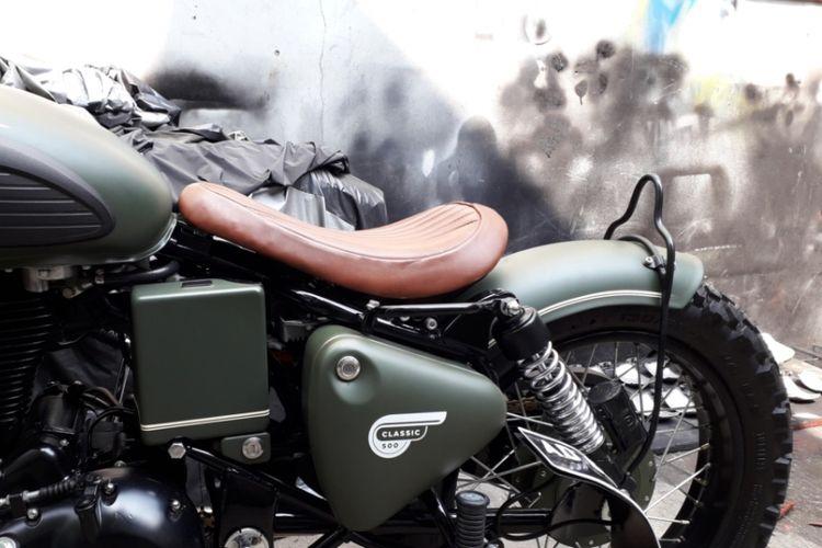 Jok dari motor Royal Enfield Classic 500 milik putra Presiden Joko Widodo, Gibran Rakabuming. Motor ini diubah menjadi bergaya bobber. Pengerjannya diserahkan ke bengkel custom Katros Garage di kawasan Bintaro, Tangerang Selatan.