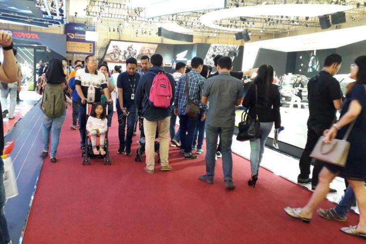 Para pengunjung yang datang ke Gaikindo Indonesia International Auto Show 2018 pada penyelenggaraan hari kedua, Jumat (3/8/2018).