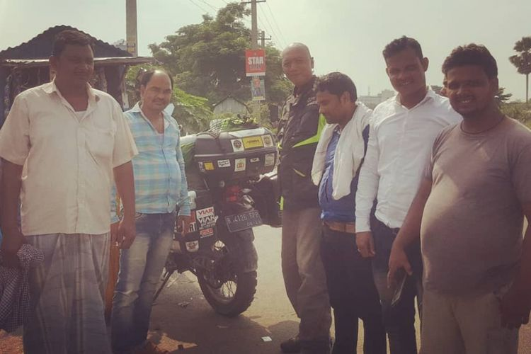 Biker Indonesia yang sedang dalam misi mencapai Himalaya, Gunadi (41) berfoto bersama sejumlah warga di salah satu daerah yang dilewatinya di India.