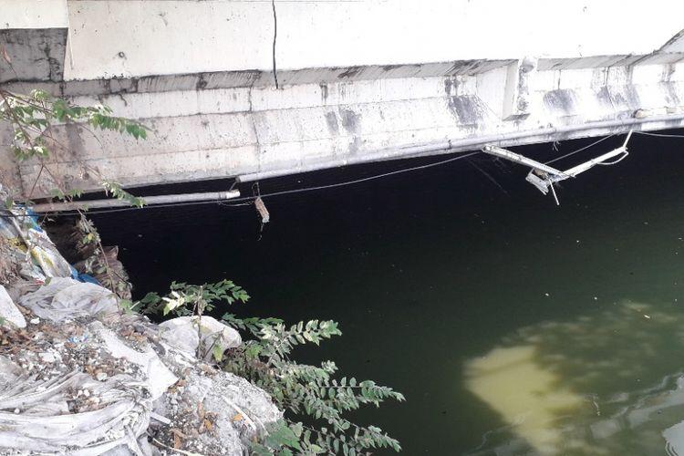 Jaring yang berada di Kali Anak Ciliwung, Jalan Gunung Sahari, Jakarta Utara, telah dilepas menadakan dihentikan sementaranya proses pencarian buaya di sana, Kamis (11/10/2019).