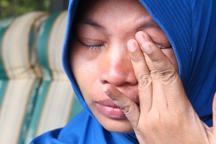Baiq Nuril Maknun menghapus air matanya saat ditemui di rumahnya di perumahan BTN Harapan Permai, Labuapi, Lombok Barat, Senin (12/11/2018). Nuril kecewa atas keputusan MA yang mengabulkan kasasi Kejaksaan Tinggi NTB, atas kasus pelanggaran UU ITE.