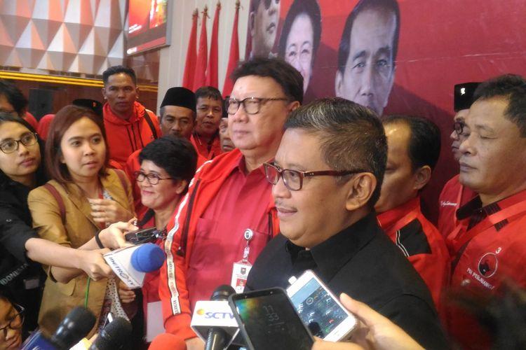 Sekjen PDIP Hasto Kristiyanto dan politisi senior PDIP Tjahjo Kumolo saat menghadiri loka karya caleg DPRD PDIP di Hotel Grand Paragon, Jakarta, Jumat (23/11/2018).