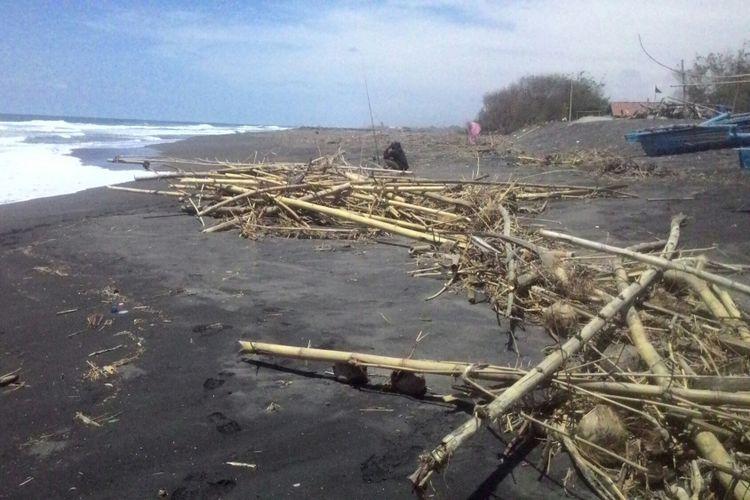 Setiap Musim Hujan Sampah Kayu Dan Bambu Penuhi Pantai Wisata