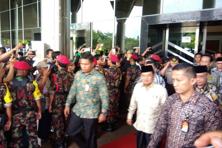 Wakil Presiden Jusuf Kalla seusai Membuka Muktamar Pemuda Muhammadiyah di Sportorium Universitas Muhammadiyah Yogyakarta Senin (26/11/2018)