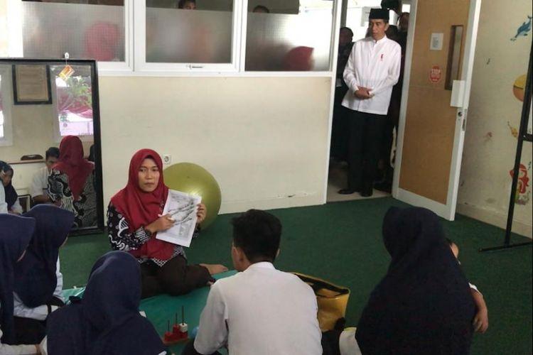 Presiden Joko Widodo saat mengunjungi fasilitas pendidikan di Universitas Aisyiyah Yogyakarta, Kamis (6/12/2018).