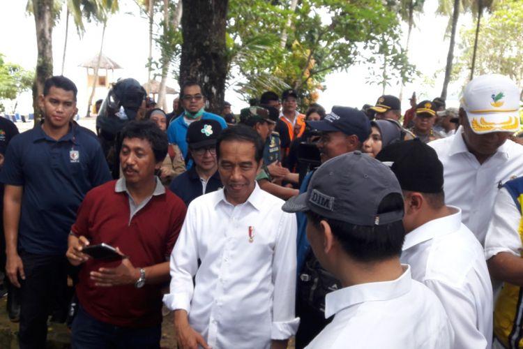 Presiden Jokowi saat meninjau lokasi tsunami di Vila Mutiara Carita Senin (24/12/2018). Kecamatan Cerita merupakan wilayah yang paling parah terdampak tsunami Selat Sunda.
