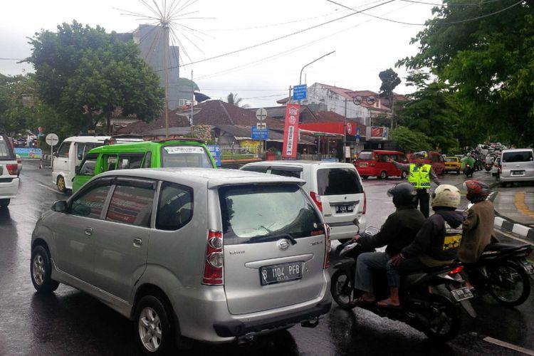 Anggota Sat Lantas Polres Sukabumi Kota mengatur lalu lintas di pusat perkotaan Kota Sukabumi, Jawa Barat, Senin (31/12/2018).