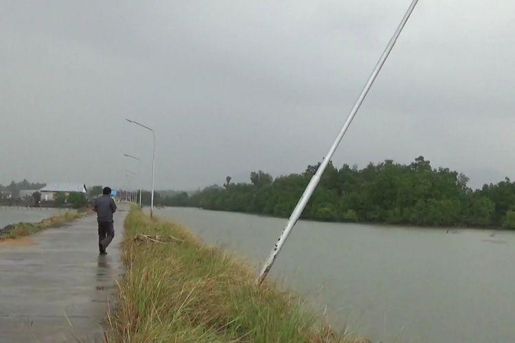 Pasca terjadinya fenomena puting beliung, dua unit tiang listrik penerangan pusat pelelangan ikan balambang rusak, Rabu (02/01/2019)