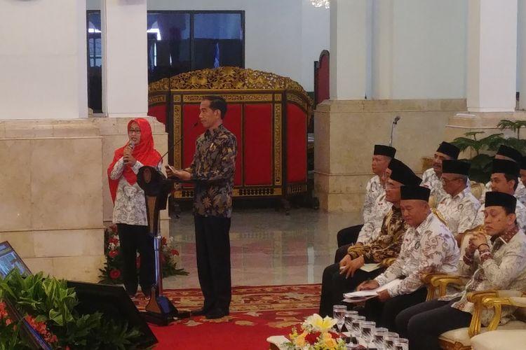 Presiden Joko Widodo bertemu dengan anggota Persatuan Guru Seluruh Indonesia (PGSI) di Istana Negara, Jakarta, Jumat (11/1/2019).