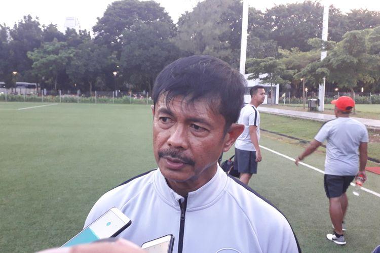 Pelatih tim nasional U-22 Indonesia, Indra Sjafri usai sesi latihan terakhir di Lapangan ABC, Kompleks GBK, Jakarta, Kamis (14/2/2019).